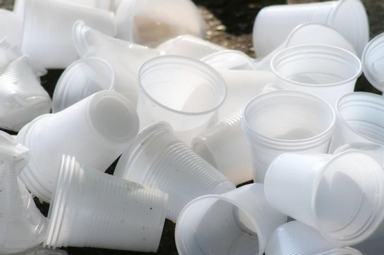 Raccolta differenziata bicchieri e piatti in plastica