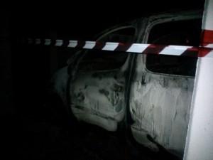 Auto incendiata a Bibione (foto Nuova Venezia)